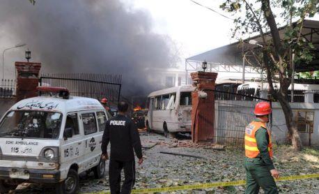 Lahore, donne e bambini tra 56 vittime