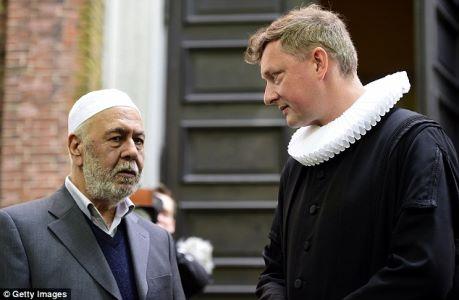 L'imam e il pastore che hanno la cerimonia