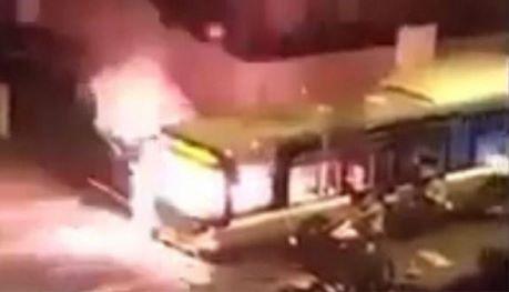 bus-incendiato-parigi