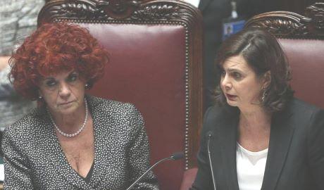 Maria Elena Boschi in minigonna: la vignetta sessista scatena la polemica