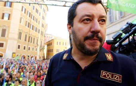 Matteo Salvini indossa una maglia della Polizia