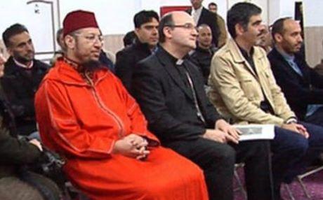 Rachid Boutarbouch (con la camicia e le mani blu incrociate sulla sua gamba) con il vescovo Munilla e il sindaco, Eneko Goia in occasione dell'apertura del centro culturale islamico di San Sebastian.