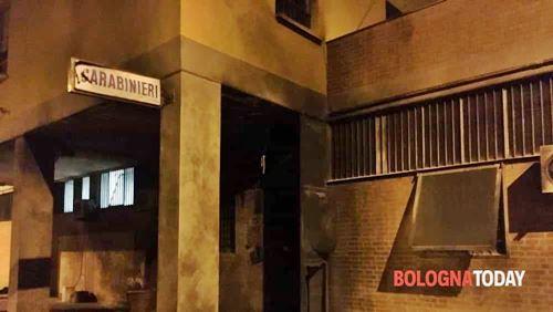 Bologna, attentato alla stazione dei carabinieri: esplode ordigno