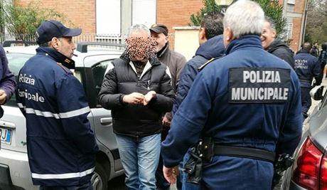 Roma, residenti impediscono l'assegnazione di una casa popolare a una famiglia marocchina