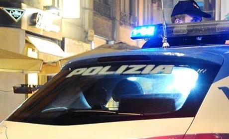 aggrediscono un poliziotto