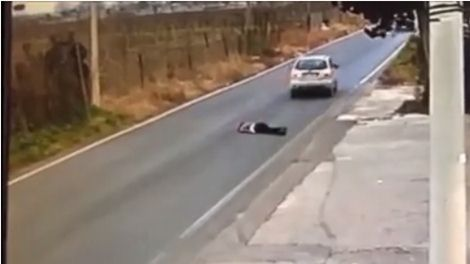 Rapina choc: donna trascinata per metri dai banditi