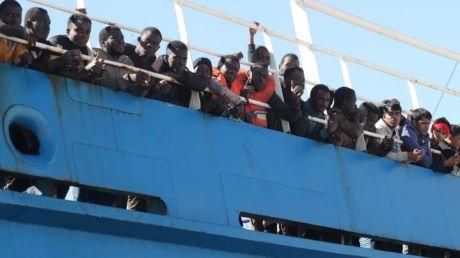 Migranti, 86 prelevati da nave cargo