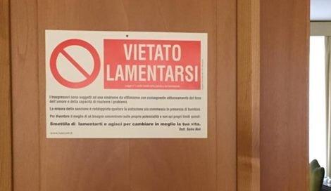 Vietato lamentarsiˮ, il cartello appeso da Papa Francesco alla sua porta