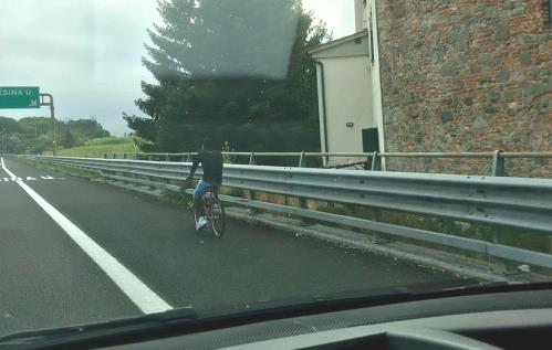 migrante_bici_autostrada.jpg