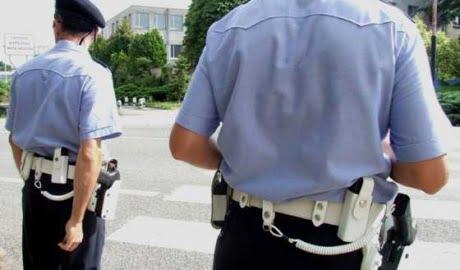 Firenze: ruba pistola a vigile urbano e spara
