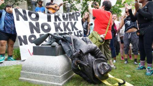 Usa: democratici si scagliano contro una statua abbattendola. Come Isis - Imola Oggi