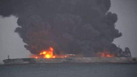 Petroliera iraniana, dispersi i membri dell'equipaggio. Pericolo esplosione