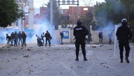 Tunisia: terza notte di scontri e il premier accusa il Fronte popolare