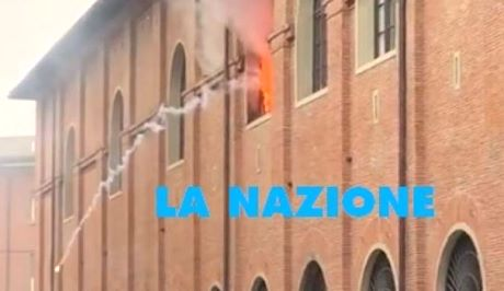 Fiamme in caserma, morto un poliziotto