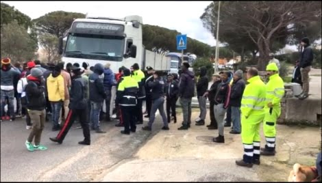 Migranti bloccano strada in Gallura