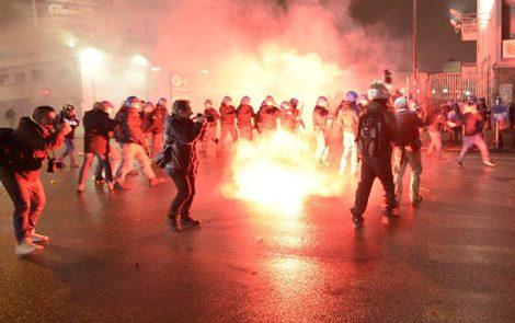 Napoli, corteo contro Casapund: guerriglia alla stazione, fumogeni e bombe carta