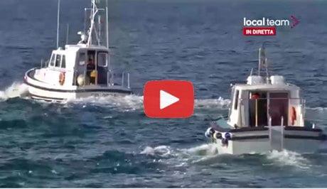 Parlamentari pd salgono su una motovedetta per raggiungere for Parlamentari pd