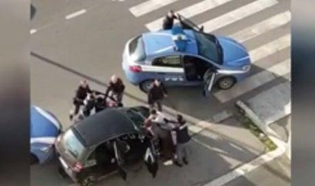 poliziotti accerchiati