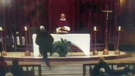Prete pugnalato durante messa a Montreal