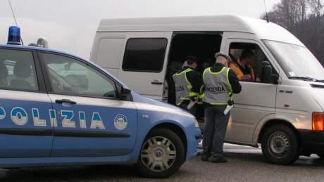 polizia frontiera migranti nel furgone