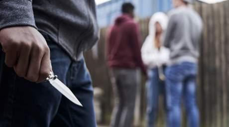 armato di coltello semina il panico