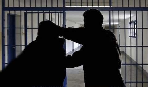 carcere detenuta tenta di strangolare un agente