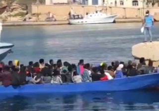 sbarcati 93 migranti