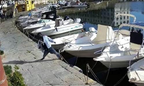 migrante abbatte pali per ancorare le barche