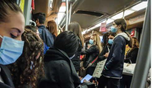 Egiziano senza mascherina sul bus ferisce 2 passeggeri