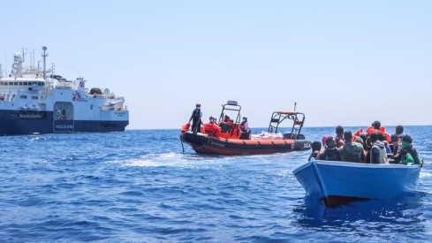 Nave Medici senza Frontiere chiede porto sicuro