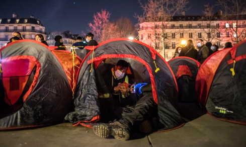 migranti accampati parigi