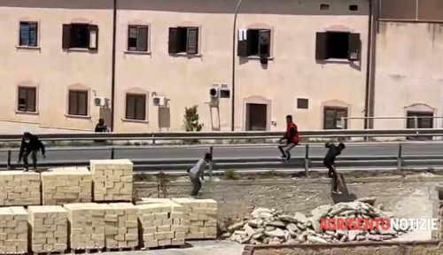 migranti fuga di massa dalla quarantena