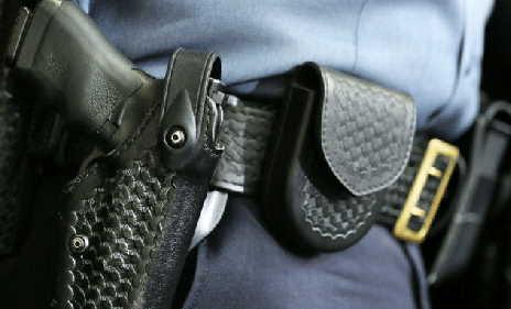 migrante tenta di rubare la pistola a una guardia giurata