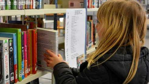 bambine fuori dalla biblioteca