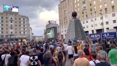 manifestanti a Milano 'lasciapassare fascista'