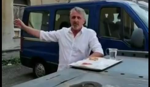 Poliziotto mangia sul carro attrezzi