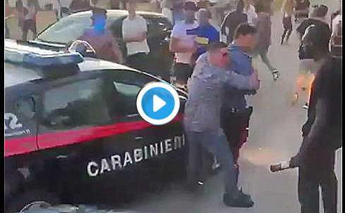 Maxi rissa e coltellate tra stranieri: carabinieri usati come scudo