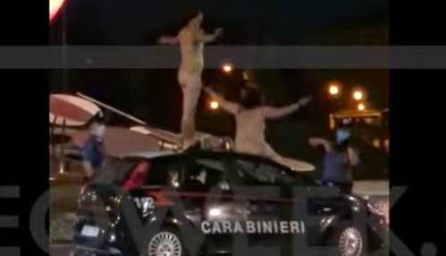nudi su auto dei Carabinieri,
