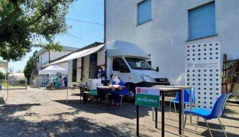 camper vaccino davanti alle scuole