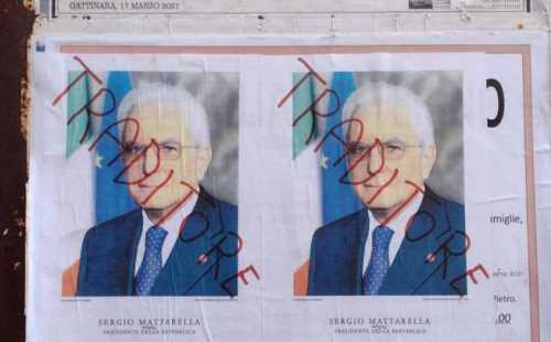 manifesti contro Mattarella