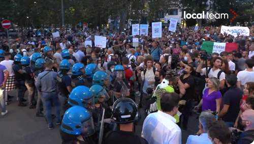 protesta sotto la sede Rai a Milano