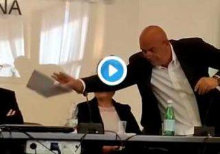 Rizzo strappa i Trattati UE e li lancia a Letta