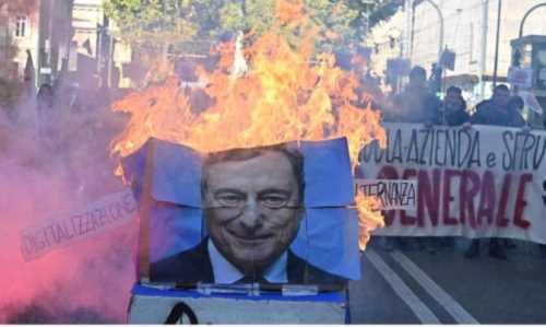 studenti bruciano gigantografia di Draghi